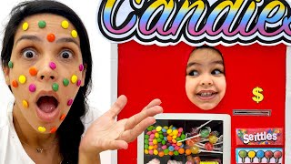 Clara Finge Brincar de Vending Machine | Fun Kids Stories