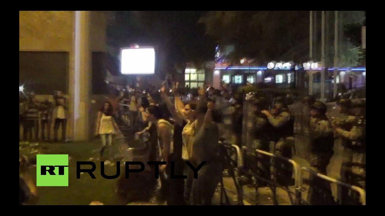 В ходе протестов в Македонии женщины встали грудью на защиту полиции