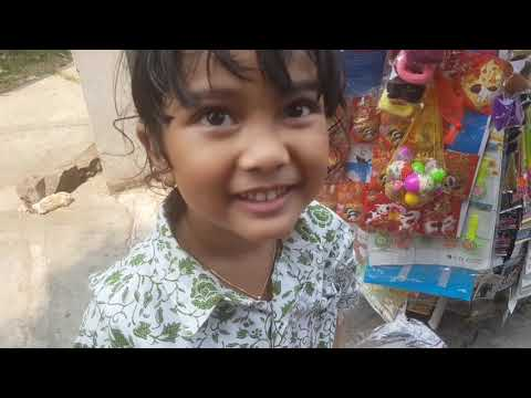 Pulang Sekolah Mampir Beli Mainan Anak Murah Di Abang Penjual Mainan Keliling
