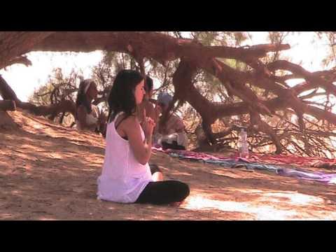 Yoga y meditación en el desierto de Marruecos.