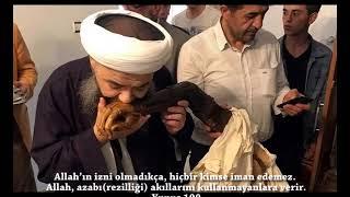 Cübbeli Ahmet Protezi öpüyor