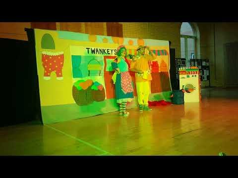 Aladdin dress rehearsal. Widow Twankey & Wishy Washy singing 'You're Welcome' .