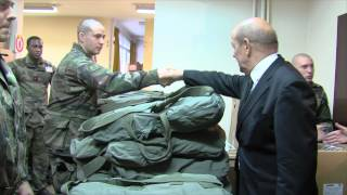 Plan Vigipirate : Jean-Yves le Drian rencontre les militaires à Satory