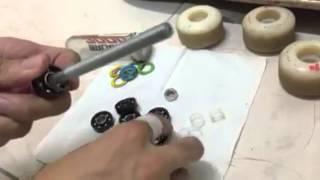洗滑板培林。 Washing skateboard bearings
