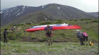 Флаг России на склоне действующего вулкана