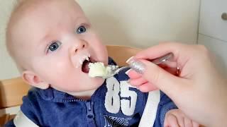 Эльвира и Райан играют игрушками и кормим малыша