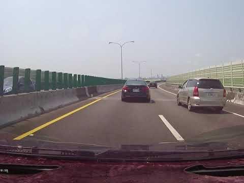 109.05.17 13時~13時30分 左右  BES-7128 黑色BMW 以強按喇叭方式逼迫已先打方向燈且車輪跨越車道的本車讓道,這水準...