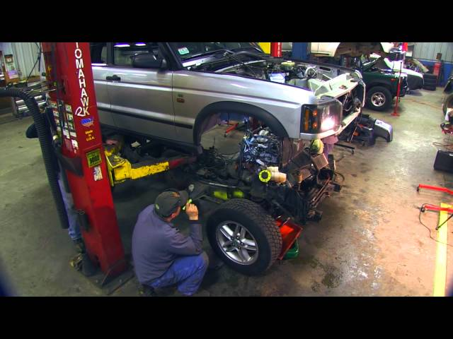 Watch these dudes swap a land rover discoverys frame in 4 minutes publicscrutiny Gallery