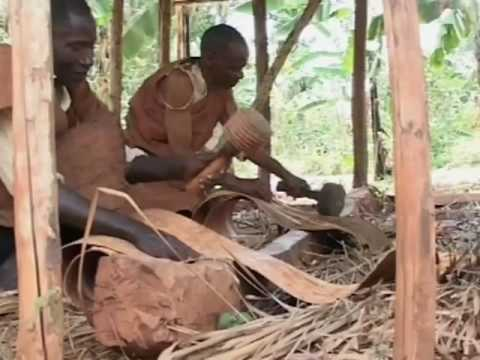 La fabrication des tissus d'écorce en Ouganda