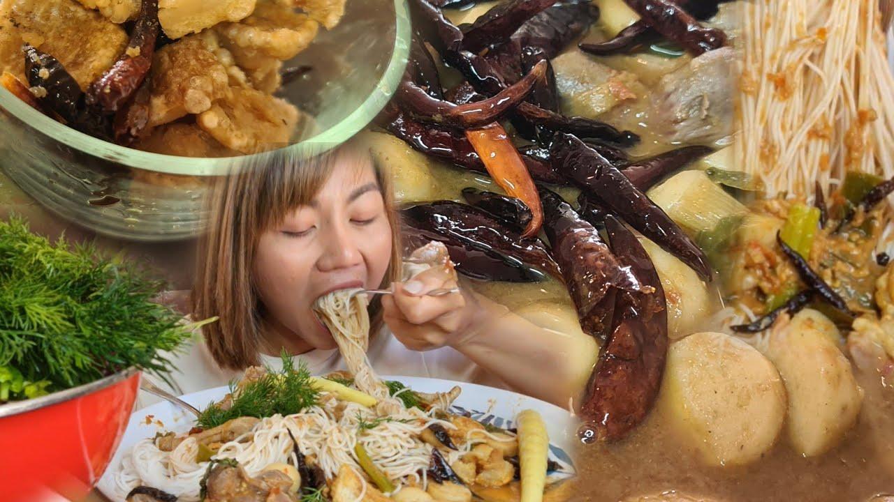 กินขนมจีนน้ำยาป่าตีนไก่ ไตไก่ ลูกชิ้นปลาเต็มหม้อ  โรยด้วยพริกทอดเพิ่มความหอม