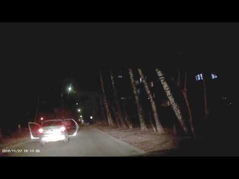 Странное видео в Чебоксарах: мужчина догоняет едущую задним ходом полицейскую машину