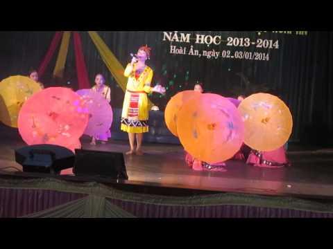 Tiết mục đơn ca: Cô giáo về bản do Khánh Linh trình bày cùng tốp múa