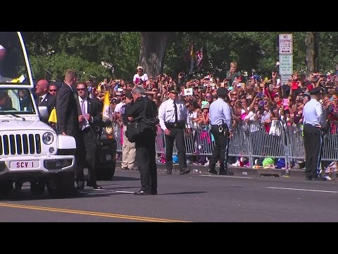 ABC2 Video: Security passes little girl to pope