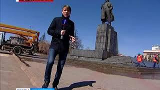 Прямое включение: коммунальщики моют памятник Ленину в Красноярске