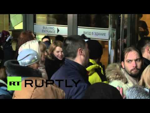 Russia: Angry customers attempt to storm DeltaCredit bank in Moscow