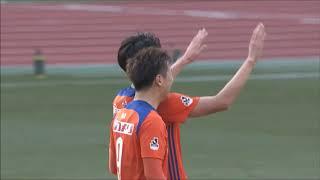 矢野 貴章(新潟)が左サイドから供給されたクロスボールを頭で叩き込み...