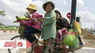 Ứa lệ cảnh mẹ đạp xe 50 km đưa con đi học | VTC