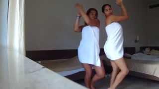 девушки в одних полотенцах резвятся в спальне