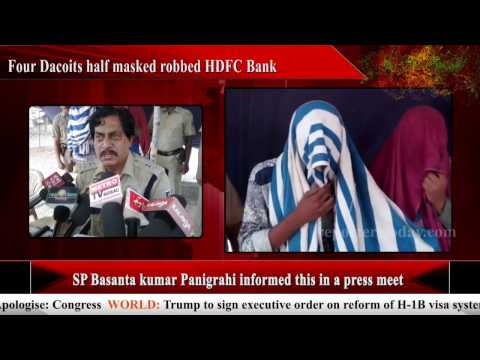 Four Dacoits half masked robbed HDFC Bank