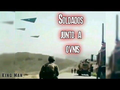 Soldados americanos acompañados de 3 aviones TR-3B o naves extraterrestres