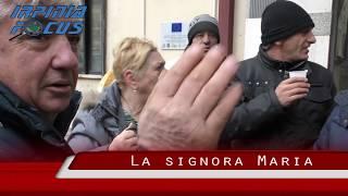 La signora Maria porta il caffè ai parcheggiatori in protesta.