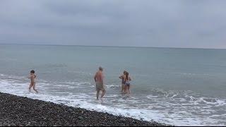 Семья моржей с детьми 1 мая, пляж в Лазаревском. СОЧИ lazarevskoe SOCHI RUSSIA(Первый праздник в мае