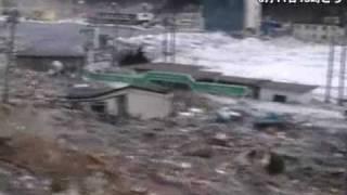 立ち並ぶ家屋をなぎ倒す大津波=釜石港で国交省港湾事務所が撮影