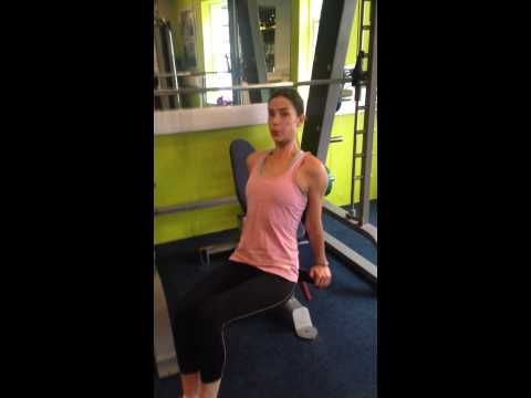 It's #FITNESSFRIDAY Siobhan Byrne from Body Byrne is showing me how to do a tricep dip pro