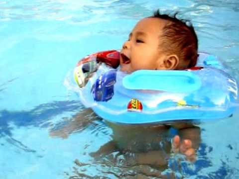 happy swiming first time to pool in baby swimming lessons ...