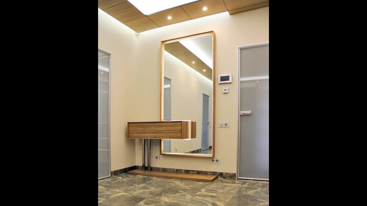 Оно функционально, потому как зеркалом обычно пользуются каждый день, но при этом багет, или же просто говоря рама, является замечательным дополнением к такому зеркалу в багете с подсветкой, служа не только украшением, но и признаком роскоши. Отличает такие композиции наличие светового.