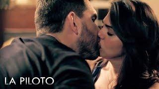 La Piloto 2 | Yolanda se besa con John y su hijo los descubre