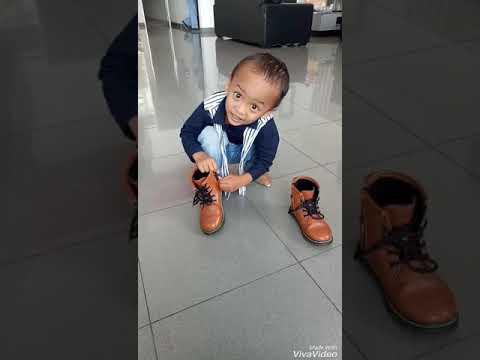 Anak kecil pake sepatu boots sendiri - alel story