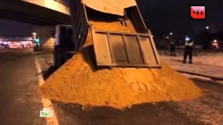Остановленный для проверки самосвал вывалил песок кногам сотрудников ДПС