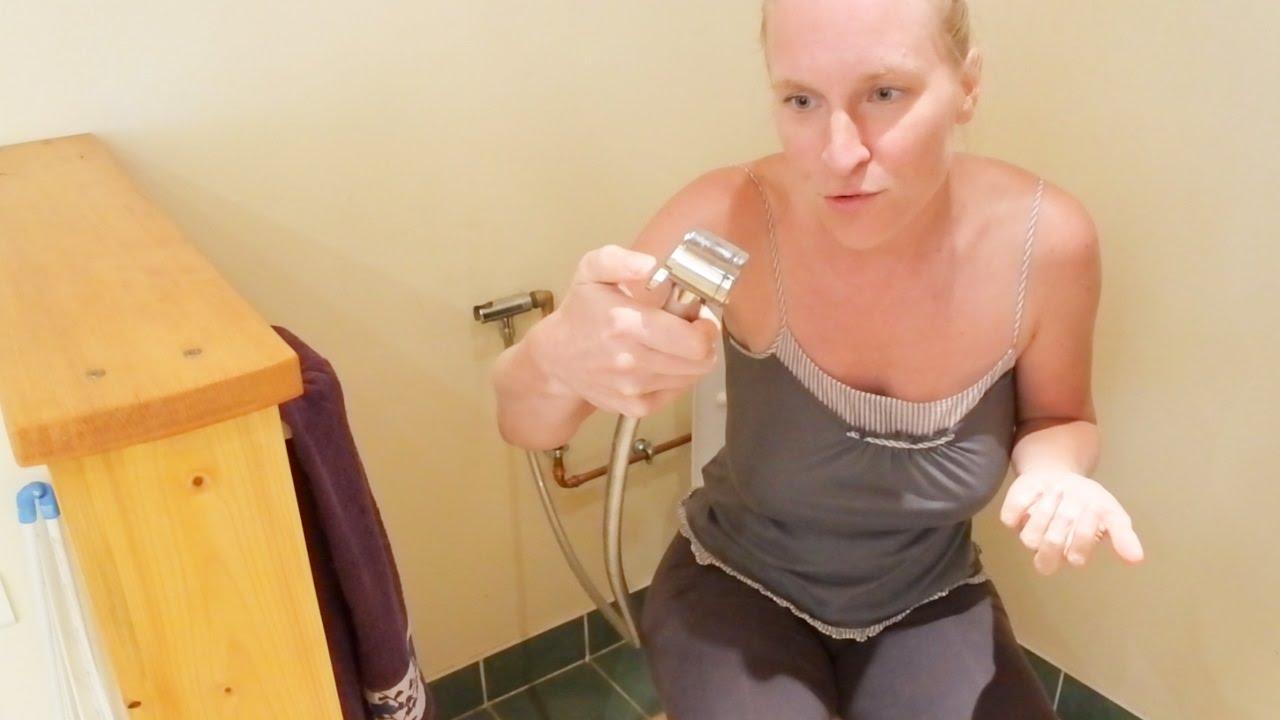 Douchette wc r volution des toilettes youtube - Wc avec douchette ...