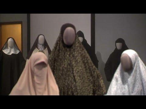 شاهد: معرض في القدس يكشف تشابه حجاب المسلمات واليهوديات والمسيحيات…  - 12:54-2019 / 4 / 25