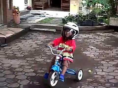 permainan anak anak lucu pakai sepeda onthel dan helm - YouTube