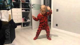 "Малыш круто танцует под IOWA ""Бьет бит"""