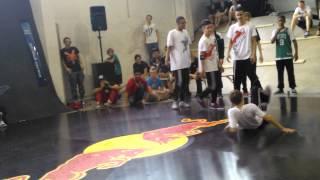 """B-Boy Lil DenZ und ein Newcomer vs Team Azooka beim """"Street Level"""" 2013"""