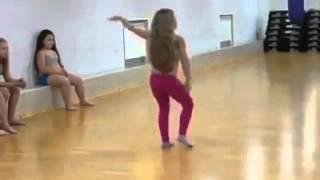 بنت ضغيرة ترقص رقص محترف