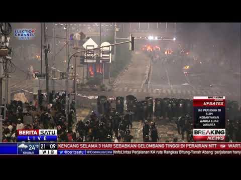 Beberapa Massa Nekat Maju dan Lempar Batu ke Polisi