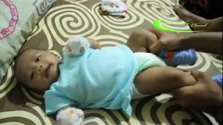 Melancarkan Buang Air Besar Bayi (BAB Bayi) dengan pijat dan gerakan mengayuh sepeda