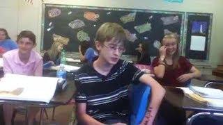 schüchterner junge macht heftiges beatbox in der klasse..