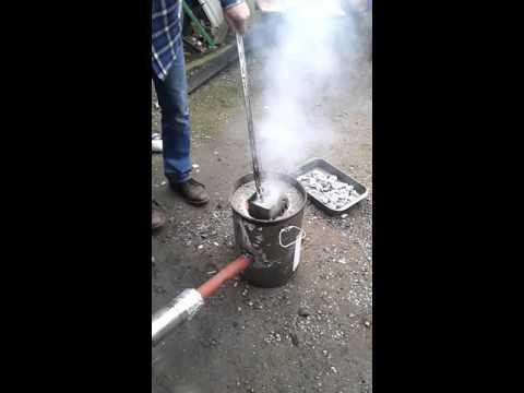 Aluminium blikjes smelten in een self made smelt oven