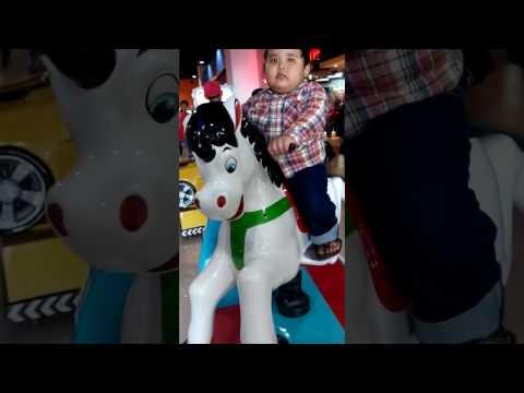 Anak kecil lucu jago naik kuda.mp4