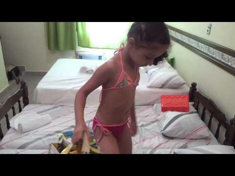 Meninas brincando no quarto do hotel