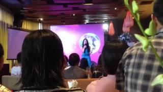 Anna Trương say sưa hát trong buổi giớii thiệu album đầu tay