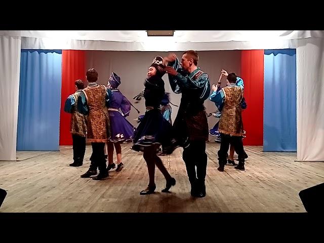 Танцевальную постановку Анны Светлаковой «Праздничная» исполняет танцевальная студия «Ынархас»