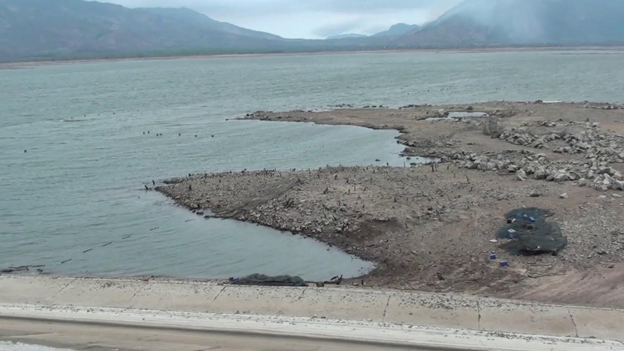 Mùa khô Hồ cạn trơ đáy.
