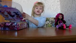 вика делает видео-обзор на куклы Феи Винкс