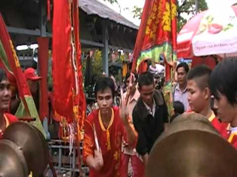 Doan nghe thuat Lan Su Rong LAM MINH THANH via ong Quan co Tran Van Thanh danh trong bieu dien.MOD